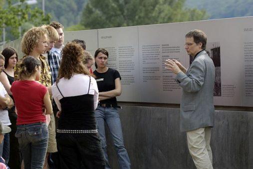 """2005: """"Schulen ohne Rassismus"""" an der Gedenkstätte"""